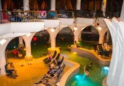 Ezek a fürdők várnak a Strandok éjszakáján: tűzzsonglőr show-tól a szaunaszeánszokig