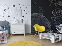 Barátságos gyerekszoba vidám és színes bútorokkal, tapétával